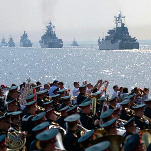 Парад в День ВМФ в Кронштадте