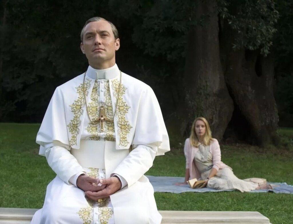 Джуд Лоу: На съемках «Нового папы» главным было не заснуть и не свалиться с кровати
