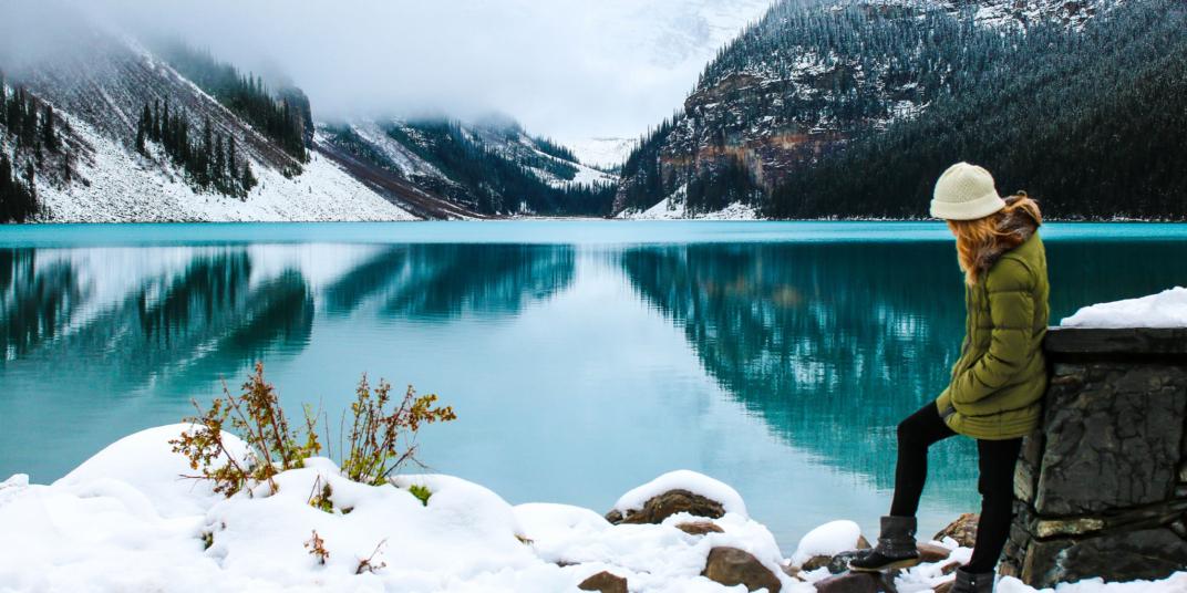 девушка у озера зимой
