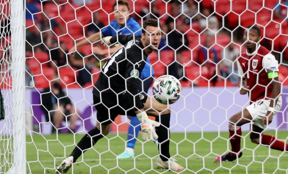 Кьеза забивает гол в ворота Австрии. Фото: REUTERS