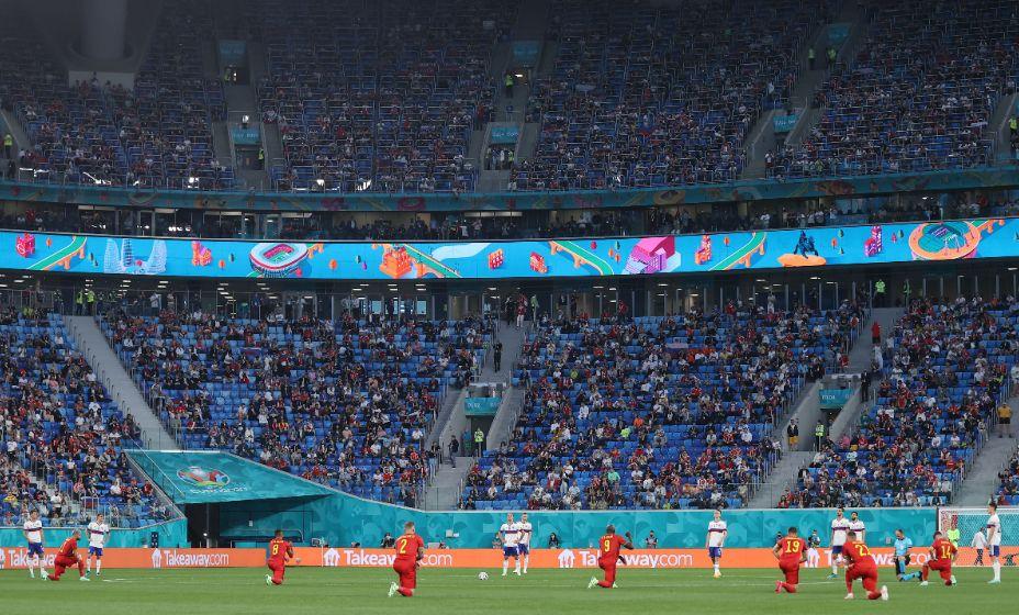 МОК позволил своим социальным сетям публиковать фотографии атлетов, преклонивших колено в знак борьбы против расизма. Фото: Reuters