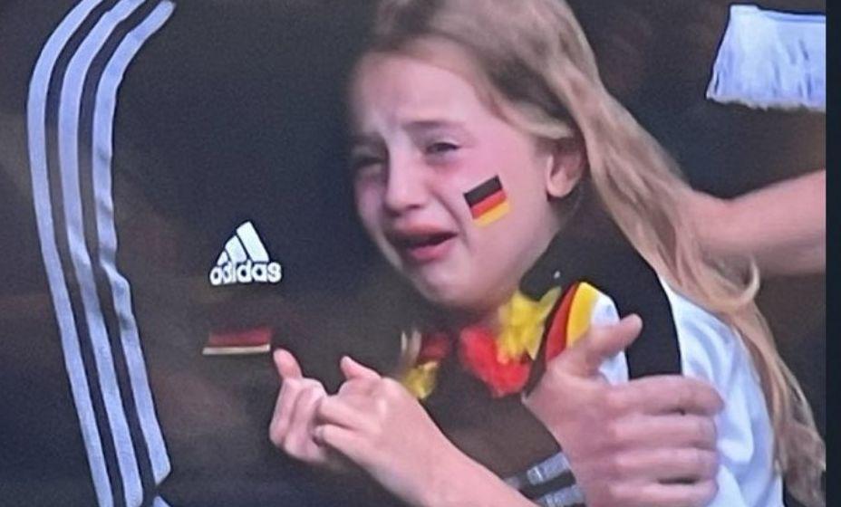 Слезы маленькой болельщицы сборной Германии после поражения команды тронули общественность. Фото: Twitter