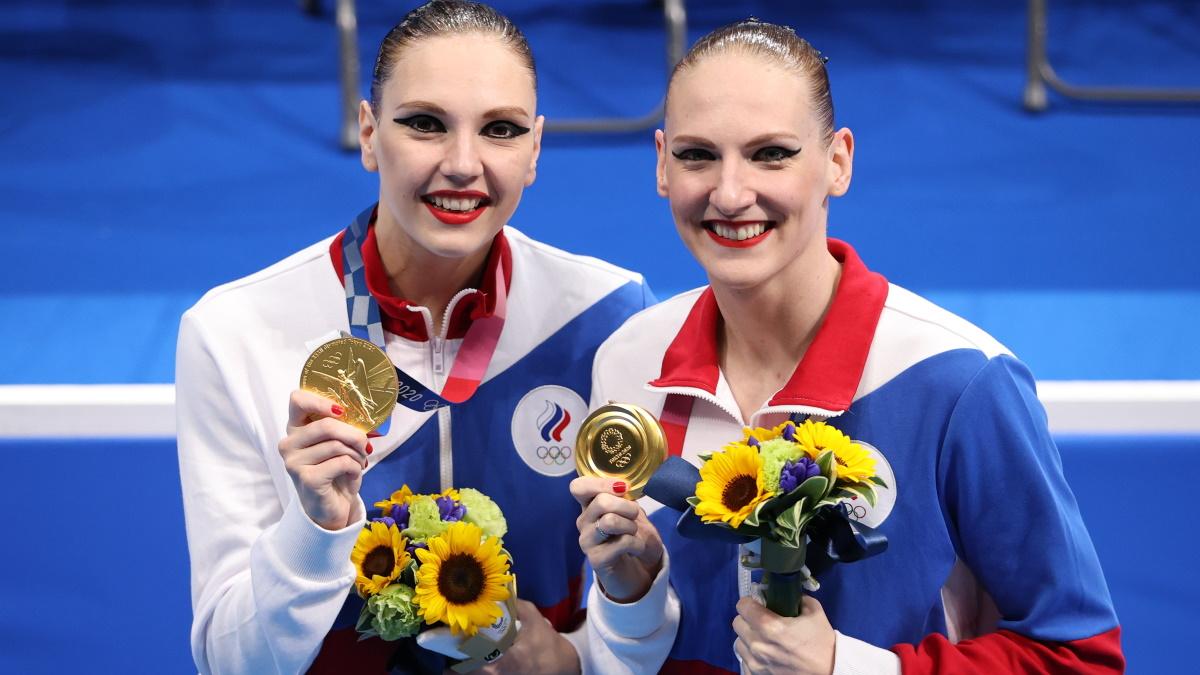 Светлана Ромашина и Светлана Колесниченко с золотыми медалями Олимпиады-2020. Фото: REUTERS
