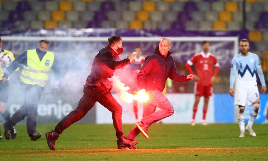 Болельщик выбежал на поле в матче отбора-2022 между сборными Словении и России. Фото: Reuters