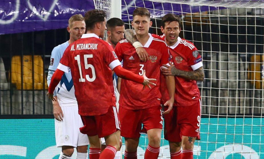 Смолов и Миранчук поздравляют Дивеева с первым голом за сборную России. Фото: Reuters